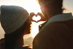 Coppie romantiche che fanno cuore con le mani fotografia stock libera da diritti