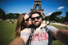 Coppie romantiche che fanno selfie davanti ad Eiffel immagine stock