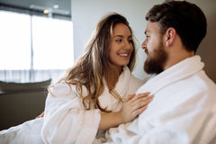Coppie romantiche che godono della luna di miele Immagine Stock
