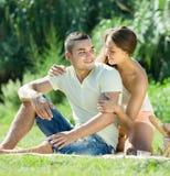 Coppie romantiche che hanno picnic Immagine Stock
