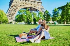 Coppie romantiche che hanno picnic insieme a Parigi Fotografie Stock