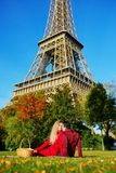 Coppie romantiche che hanno picnic sull'erba vicino alla torre Eiffel fotografie stock