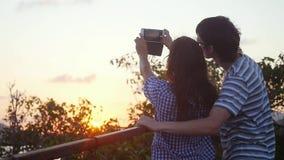 Coppie romantiche che prendono il video del selfie dal tramonto durante la vacanza sopra la montagna Movimento lento 1920x1080 archivi video