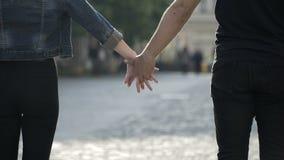 Coppie romantiche che prendono le mani e che camminano insieme all'aperto nella città stock footage