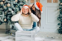 Regali Di Natale Romantici.Coppie Romantiche Che Scambiano I Regali Di Natale Sorpresa