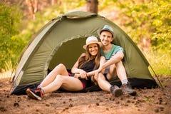 Coppie romantiche che si accampano all'aperto e che si siedono in tenda Uomo e donna felici sulla vacanza romantica immagine stock libera da diritti
