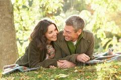 Coppie romantiche che si distendono all'aperto in autunno Fotografia Stock