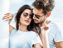 Coppie romantiche che si rilassano sul traghetto immagini stock