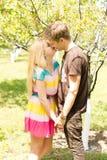 Coppie romantiche che si tengono per mano e che baciano Fotografia Stock