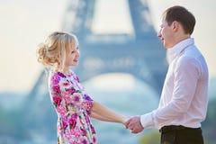 Coppie romantiche che si tengono per mano vicino alla torre Eiffel a Parigi, Francia Fotografia Stock