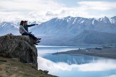 Coppie romantiche che sorridono e che osservano paesaggio naturale di Tekapo, Nuova Zelanda immagine stock