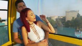 Coppie romantiche che stringono a sé insieme e che hanno tempo perfetto in un ropeway video d archivio