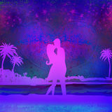 Coppie romantiche circa da baciare sulla spiaggia Immagini Stock Libere da Diritti