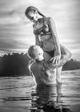 Coppie romantiche da solo nella piscina di infinito fotografie stock