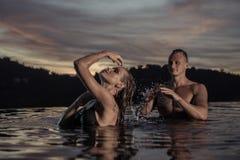 Coppie romantiche da solo nella piscina di infinito immagine stock libera da diritti