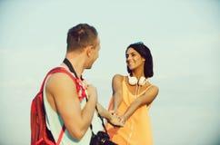 Coppie romantiche della donna felice e di tenersi per mano bello dell'uomo fotografia stock