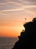 Coppie romantiche della siluetta in Manarola al tramonto Fotografia Stock Libera da Diritti