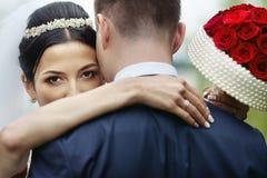 Coppie romantiche delle persone appena sposate del biglietto di S. Valentino che abbracciano in una sposa del parco Fotografia Stock Libera da Diritti