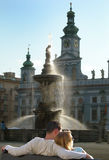 Coppie romantiche e amorose, tramonto dalla fontana immagine stock
