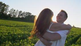 Coppie romantiche felici divertendosi all'aperto Amore La donna sta correndo al suo uomo, abbracciano e filano intorno su un tram archivi video