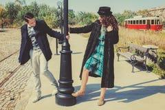 Coppie romantiche nell'amore nello stile di modo sulla strada di ferrovia fotografia stock libera da diritti