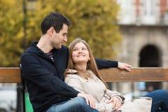 Coppie romantiche a Parigi immagini stock