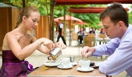 Coppie romantiche a Parigi, mangiando prima colazione Immagini Stock