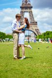 Coppie romantiche a Parigi vicino alla torre Eiffel Immagine Stock