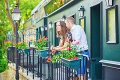Coppie romantiche sul balcone decorato con i fiori Immagine Stock