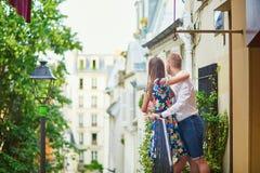 Coppie romantiche sul balcone decorato con i fiori Fotografie Stock Libere da Diritti