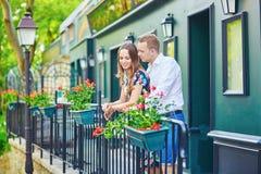 Coppie romantiche sul balcone decorato con i fiori Fotografia Stock