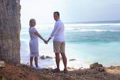 Coppie romantiche sulla spiaggia Immagini Stock