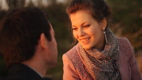 Coppie romantiche sulla spiaggia al tramonto variopinto su fondo video d archivio