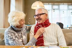 Coppie senior amorose che scambiano i regali sul Natale fotografie stock libere da diritti