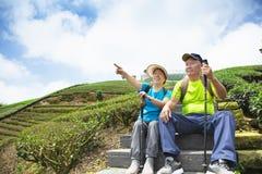 coppie senior asiatiche che fanno un'escursione nella natura fotografia stock