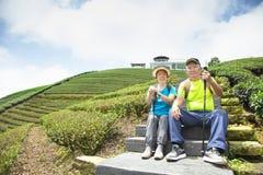 coppie senior asiatiche che fanno un'escursione nella natura fotografie stock