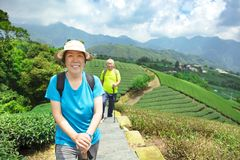 coppie senior asiatiche che fanno un'escursione nella natura immagini stock