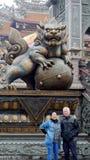Coppie senior asiatiche con il guardiano del leone del tempio in Taiwan Immagine Stock Libera da Diritti