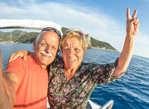 Coppie senior avventurose che prendono selfie all'isola di Giglio Immagine Stock
