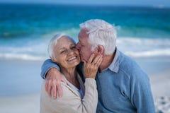 Coppie senior che abbracciano e che baciano Fotografia Stock