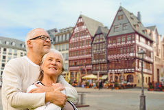 Coppie senior che abbracciano sopra il fondo di Francoforte Fotografia Stock