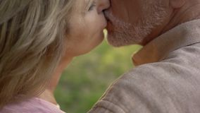 Coppie senior che baciano, forte matrimonio dopo gli anni lunghi di vivere insieme fotografia stock