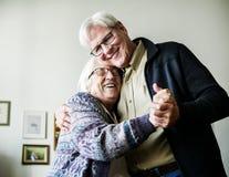 Coppie senior che ballano insieme romantico immagini stock