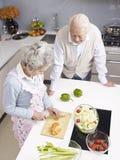 Coppie senior che chiacchierano nella cucina Immagine Stock