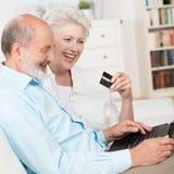 Coppie senior che comprano online Fotografia Stock