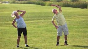Coppie senior che fanno esercizio