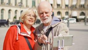 Coppie senior che fanno selfie con lo smartphone sulla vacanza a Parigi, divertendosi viaggio insieme archivi video
