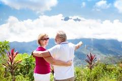 Coppie senior che fanno un'escursione nelle montagne e nella giungla Fotografie Stock