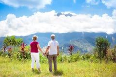 Coppie senior che fanno un'escursione nelle montagne e nella giungla Fotografie Stock Libere da Diritti