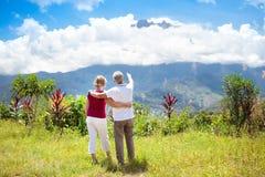 Coppie senior che fanno un'escursione nelle montagne e nella giungla Immagini Stock